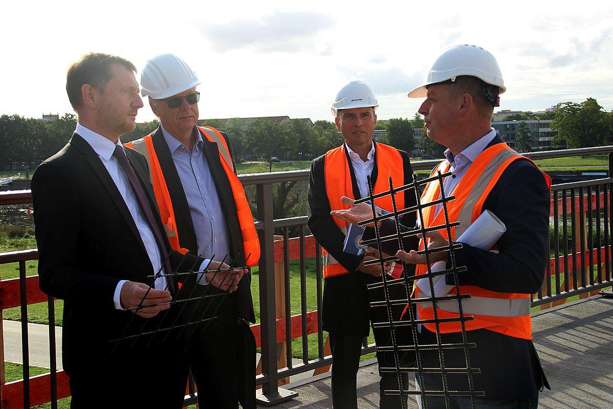 v.l.n.r.: Ministerpräsident Michael Kretschmer, die Hentschke-Bau-Geschäftsführer Jörg Drews und Thomas Alscher, Baustellenleiter Daniel Windisch